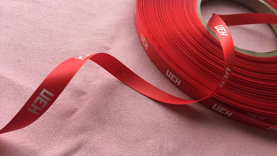 Красная лента с логотипом для бейджей